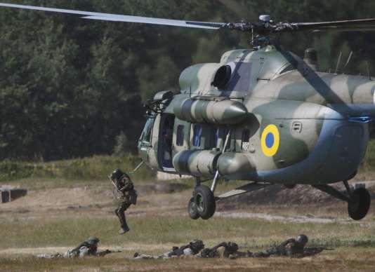 Lors d'un exercice militaire de la garde nationale ukrainienne, le 22 juillet à Kiev.