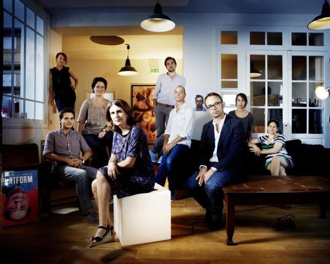 Alexandra Henochsberg (au premier plan), directrice générale d'Ad Vitam Distribution, le 22 juillet 2015, avec ses équipes, dans les locaux de la société.