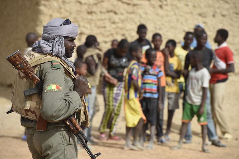 Soldat de des Forces armées du Mali (FMA), le 4 juin 2015 à Goundam, à 80 km à l'est de Tombouctou.