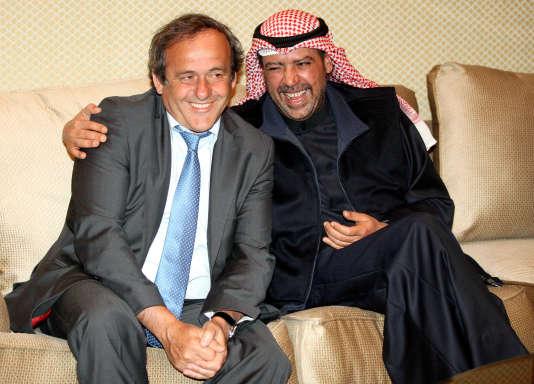 Michel Platini et le cheikh Ahmad al-Fahad al-Sabah, en janvier 2013, à Koweit City.