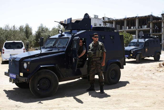 Deux policiers ont été assassinés par le Parti des travailleurs du Kurdistan (PKK) mardi dans la ville frontière de Ceylanpinar. Le groupe accuse l'Etat turc de collusion avec l'Etat islamique, qui a frappé la ville kurde de Suruç, en Turquie, lundi.