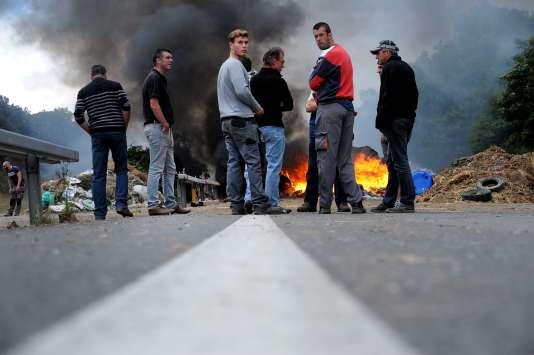 Pendant un blocage organisé par des éleveurs, sur la route reliant Morlaix à Brest, le 22 juillet.