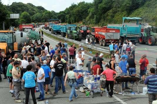 Route bloquée par les agriculteurs entre Quimper et Brest en Bretagne, le 21 juillet 2015.