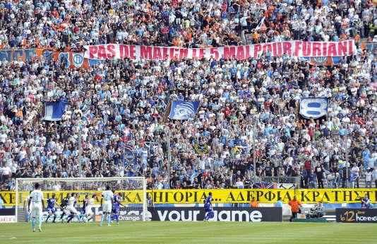 Des supporteurs marseillais brandissent une bannière contre les matchs programmés le 5 mai en hommage à la catastrophe de Furiani, le 5 mai au Vélodrome.