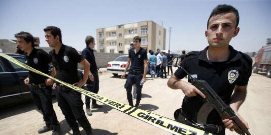 Des membres des forces de l'ordre devant le bâtiment où deux policiers turcs ont été retrouvés morts à Ceylanpinar en Turquie, mercredi 22 juillet.