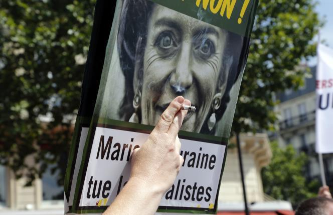 Les devantures des permanences de plusieurs députés socialistes à Bordeaux, Saint-Macaire ou Langon ont aussi été recouvertes d'affichettes montrant une Marisol Touraine « relookée façon paquet générique, avec les dents et les yeux arrangés ».