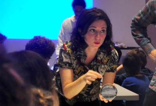 """Marie-Sarah Adenis, designer, anime un atelier à la Gaîté Lyrique avec l'association """"Pousse ton encre""""."""