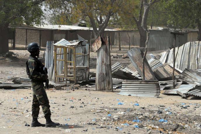 Un soldat camerounais à Fotokol, à la frontière avec le Nigeria, après des combats avec Boko Haram, en février.