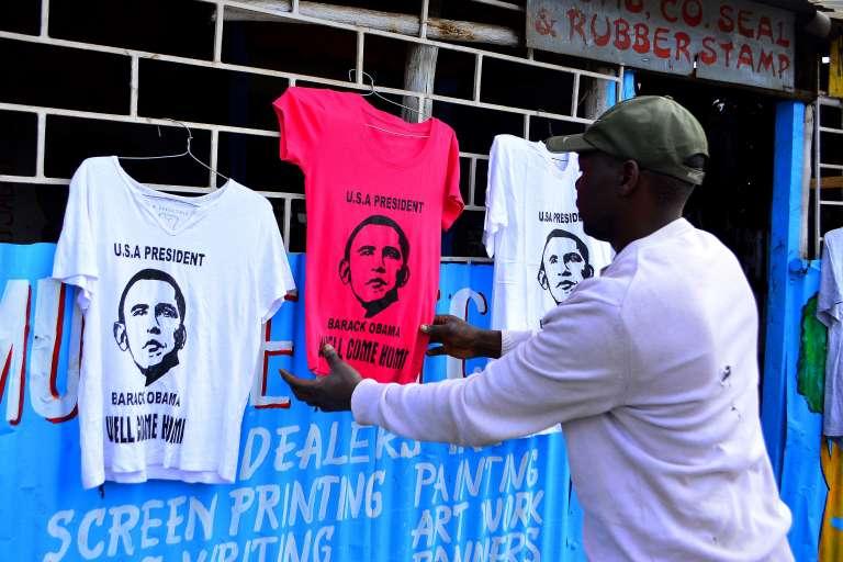 Un vendeur de t-shirt à l'effigie de Barack Obama, à Kibera, le 22 juillet.