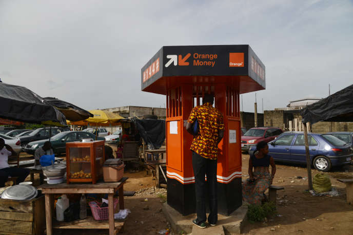 Un kiosque offrant un service de transfert de fonds par mobile, à Abidjan.