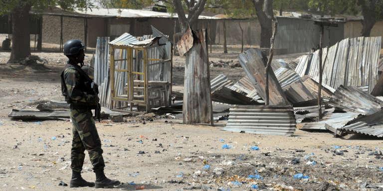 Un soldat à Fotokol, au Cameroun, en février, après des affrontements avec des islamistes de la secte Boko Haram.