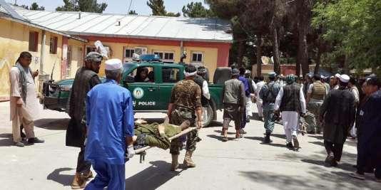 Un blessé est conduit à l'hôpital après un attentat-suicide dans la province de Faryab en Afghanistan, mercredi 22 juillet.