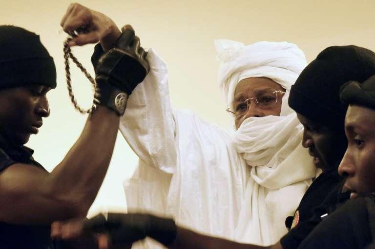 L'ancien président tchadien amené à l'audience par des gardiens, au premier jour du procès, le 20 juillet 2015.