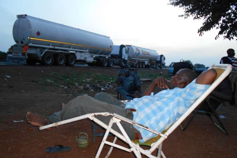 Épuisés par l'état de la route, Adama Sogodogo et les siens passent la nuit à Ouangolo, avant de rejoindre le Mali.