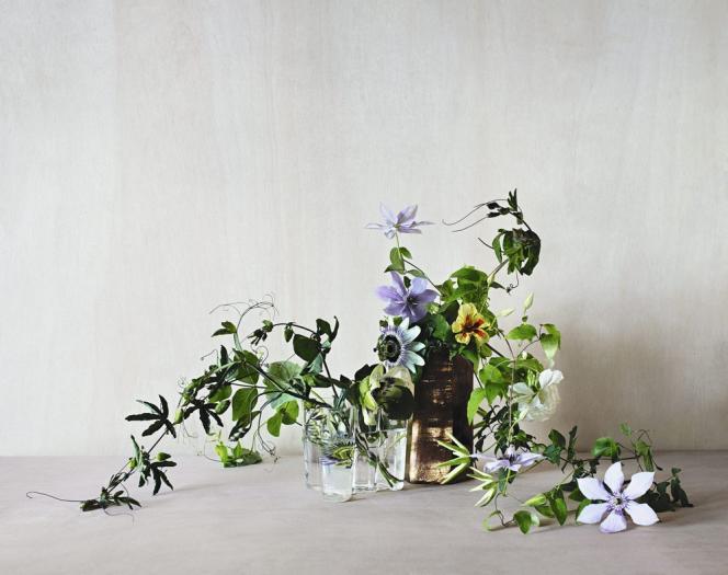 Composition florale signée Simone Gooch, fleuriste australienne spécialisée dans l'événementiel. Vase Copper par Matthias Kaiser.