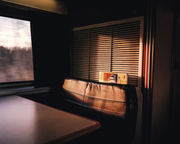 La voiture-bar du train Chicago-Washington DC. « Les passagers solitaires viennent y chercher des distractions pour tromper la monotonie du voyage », souligne le photographe McNair Evans.