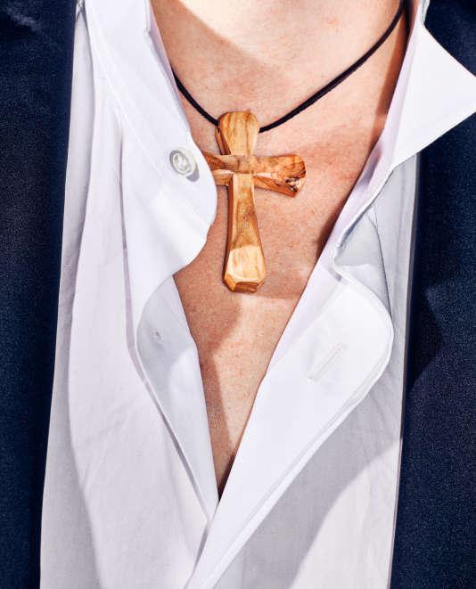 Dans un clip parodique réalisé par la communauté catholique du Chemin Neuf pour promouvoir  les valeurs chrétiennes, on peut voir, dès le début, une croix en bois au cou d'un jeune homme.