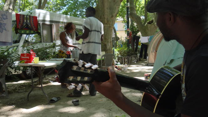 La compagnie Marbayassa, pour pouvoir se produire dans le festival Off d'Avignon, a élu domicile dans le camping de la ville.