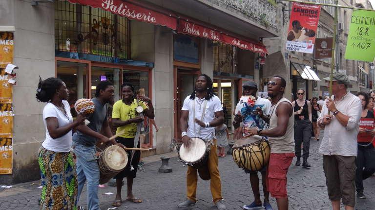 La Compagnie Marbayassa parade dans les rues d'Avignon,  pendant le festival Off.