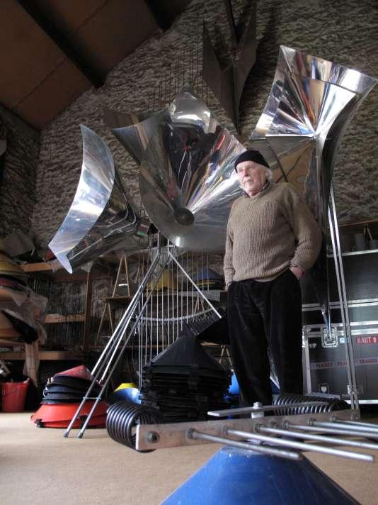 Bernard Baschet, dans son atelier de Saint-Michel-sur-Orge (Essonne).