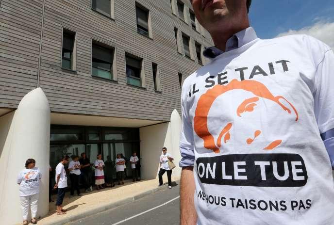Un militant pro-vie devant le CHU de Reims, où est hospitalisé Vincent Lambert.