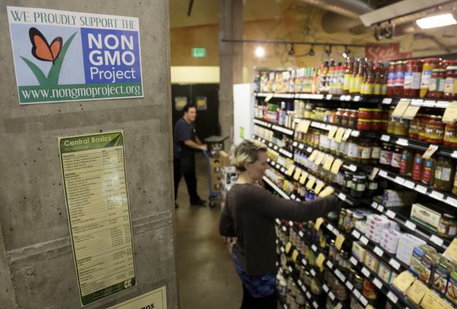 Affiche anti-OGM dans un grande surface à Seattle, Etat de Washington, aux Etats-Unis.