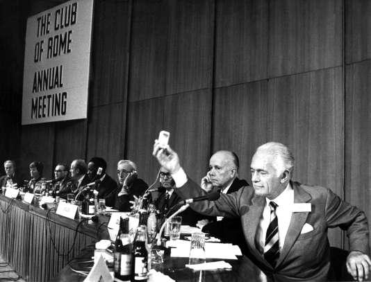 """Aurelio PECCEI ( à droite ) lors de la réunion des membres du """"Club de Rome"""" à Berlin le 14 octobre 1974."""