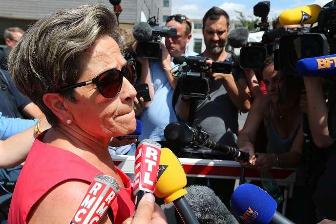 Viviane Lambert se bat depuis 2008 contre l'arrêt des soins de son fils Vincent – ici, le 15 juillet 2015 devant le CHU de Reims.