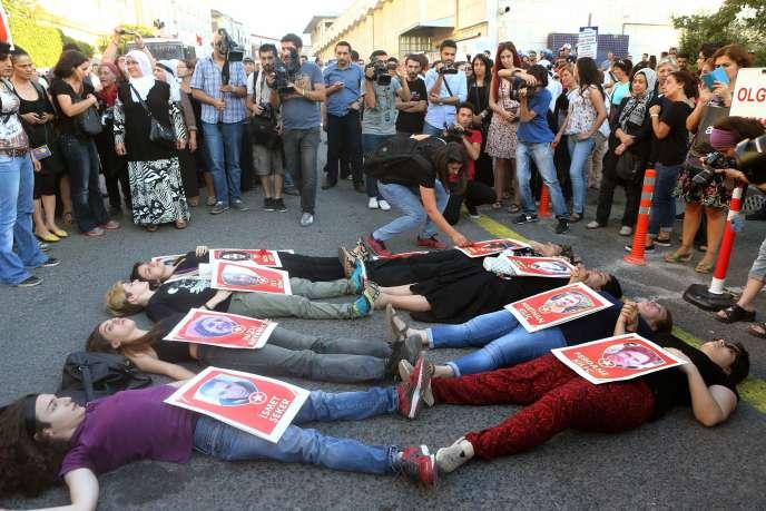 Des femmes manifestent à Ankara, le jeudi 23 juillet, avec les photos des victimes de l'attaque-suicide du 20 juillet à Suruç.