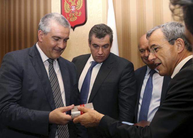 Thierry Mariani (à droite), coprésident de l'association Dialogue franco-russe,rencontre Sergueï Axionov (à gauche),premier ministre de Crimée, àSimferopol, en Crimée, le 23juillet2015.