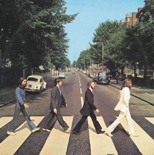 """La célèbre photo qui figure sur la pochette de l'album """"Abbey Road"""" des Beatles. Au second plan à gauche, la Coccinelle blanche qui a tant fait jaser."""