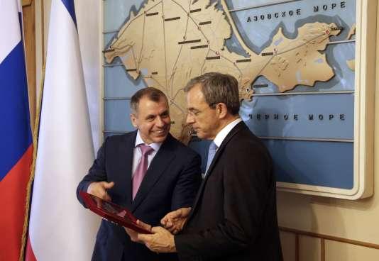 Le parlementaire de Crimée Vladimir Konstantinov (à gauche) avec son homologue français Thierry Mariani le 23 juillet 2015 à Simferopol