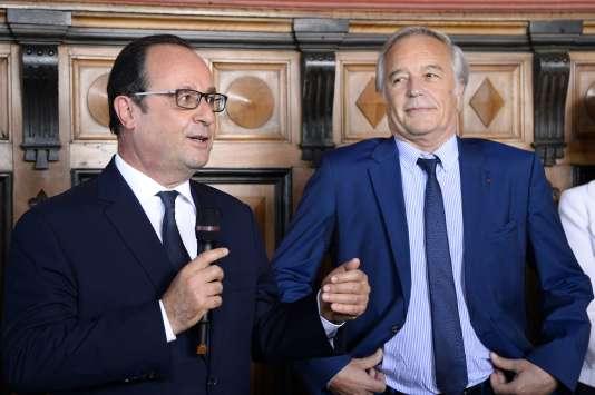 François Hollande et François Rebsamen à Dijon, le 23 juillet. Le ministre du travail, redevenu maire de Dijon, doit démissionner du gouvernement le 19 août.