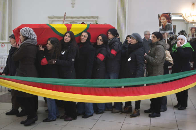 Le cercueil de l'une des trois militantes kurdes assassinées, à Villiers-le-Bel (Val-d'Oise), le 15 janvier 2013.