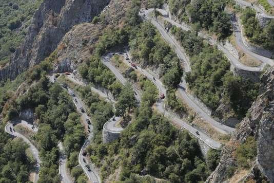 Le Tour de France dans les lacets de Montvernier, une route trop étroite pour accueillir le public.