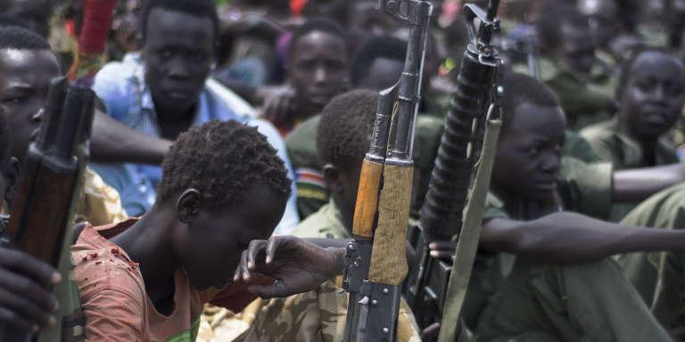En février 2015, à Pibor, au Soudan du Sud, de jeunes rebelles remettent leurs armes dans le cadre d'un programme de désarmement, démobilisation et réintégration mené par l'Unicef.