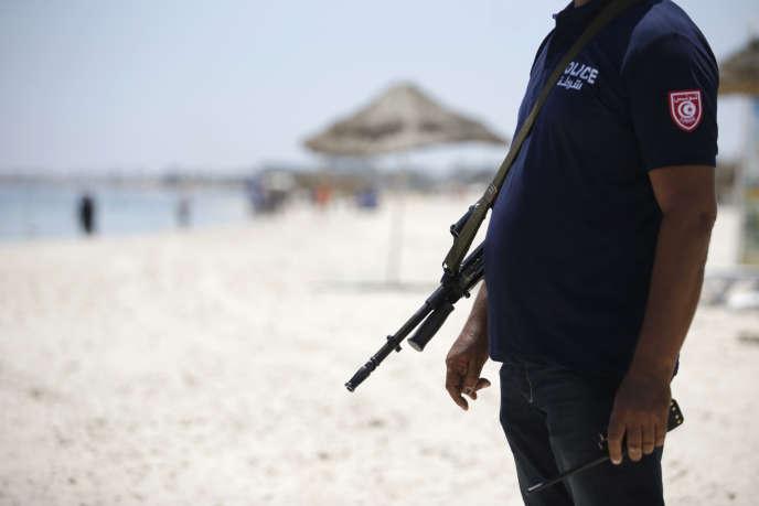 Un policier tunisien, sur une plage de Sousse, le 28 juin.