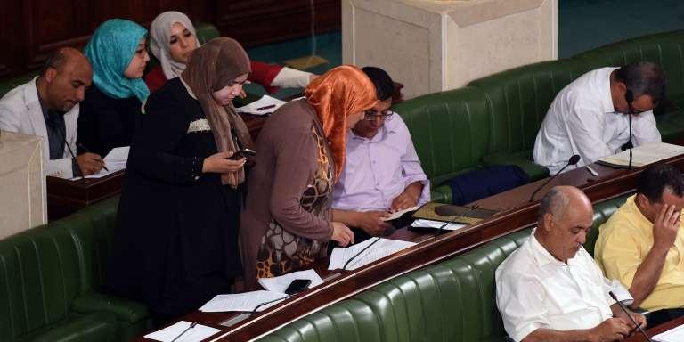 Des députés du parti islamiste Ennahda, lors de l'examen de la nouvelle loi antiterroriste au Parlement, à Tunis, le 22juillet.