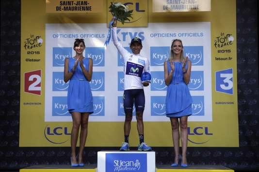 Ou bien ces jeunes femmes sont vraiment grandes, ou bien Nairo Quintana est vraiment petit. AFP PHOTO / KENZO TRIBOUILLARD