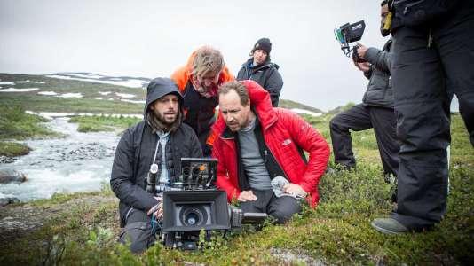 """De gauche à droite ; le chef opérateur et les 2 réalisateurs  Måns Mårlind et Björn Stein sur le tournage de la série """"Jour polaire""""."""