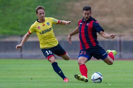 En maillot rouge et bleu, les couleurs habituelles du Gazélec, le défenseur Pablo Martinez lors d'un match amical à Vittel face à Sochaux, le 24 juillet.