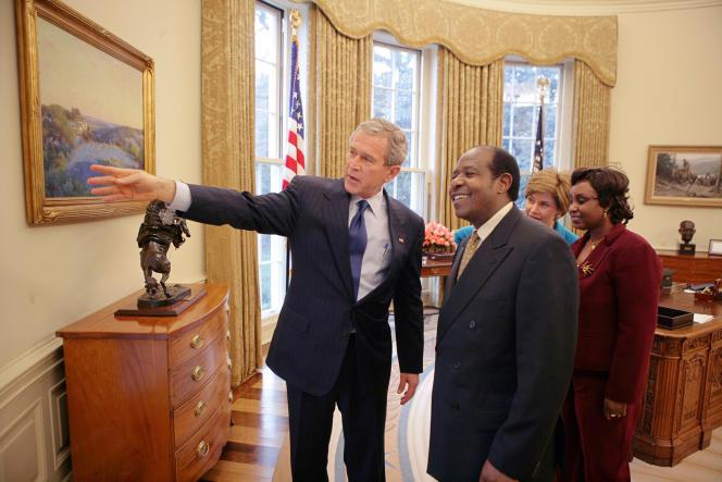 Le 17 juillet 2005, Paul Rusesabagina et sa femme Tatiana sont reçus à la Maison Blanche, dans le bureau ovale, par George et Laura Bush.