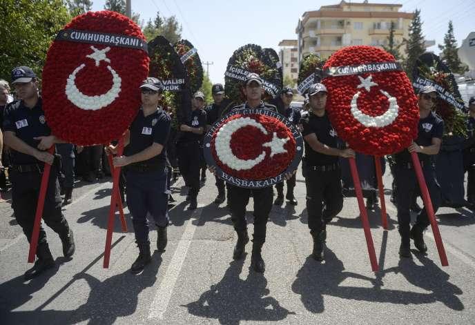 A Sanliurfa, jeudi 23juillet, lors des funérailles de deux policiers tués par des rebelles du Parti des travailleurs du Kurdistan en représailles à l'attentat antikurde survenu lundi 20juillet à Suruç et attribué à l'Etat islamique.