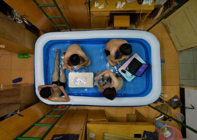 Des étudiants révisent dans une piscine gonflable à Wuhan (province d'Hubei), en Chine, en août 2014.