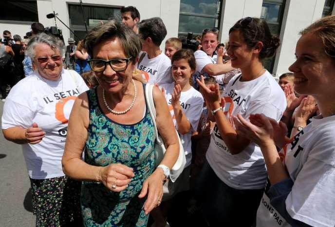Viviane Lambert, la mère de Vincent Lambert, entourée des militants pro-vie, à la sortie du CHU de Reims, jeudi 23 juillet.