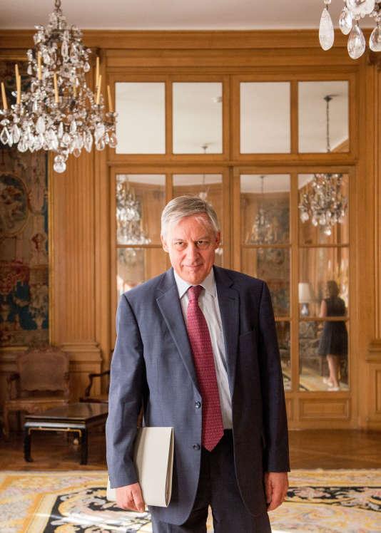 """Christian Noyer, le gouverneur de la Banque de France, estime qu'il y a urgence à faire """"revenir une grande partie des 90 milliards d'euros"""" de capitaux """"sortis de Grèce depuis 2010""""."""