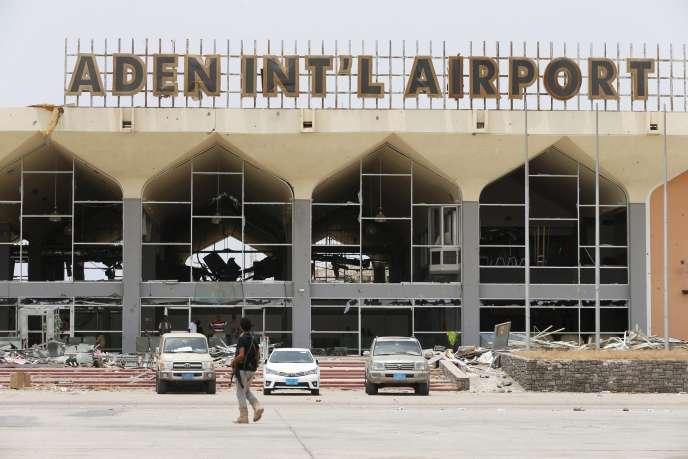 L'aéroport d'Aden, le 24 juillet. La capitale du sud du Yémen est le théâtre d'une bataille décisive et meurtrière entre les milices houthistes et les forces loyales au président en exil.