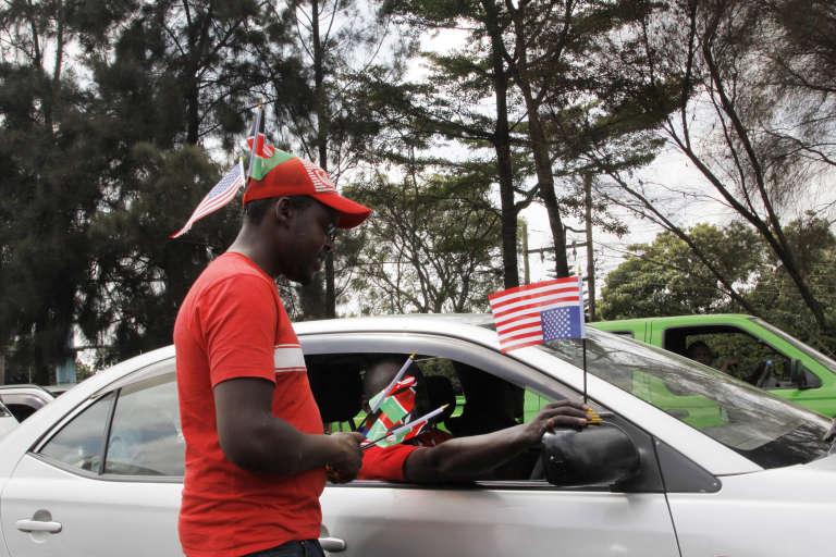 Un vendeur de drapeaux américains à Nairobi, le 24 juillet.