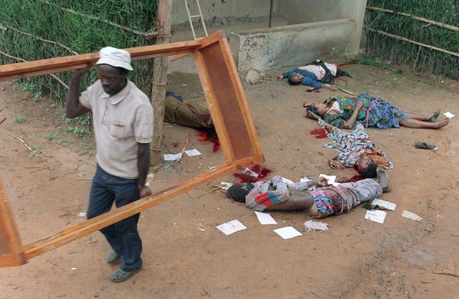 Du 6 avril à juillet 1994, le génocide de la minorité tutsi par la majorité hutu fait près de 800 000 morts au Rwanda. Ici à Kigali, le 11 avril 1994.