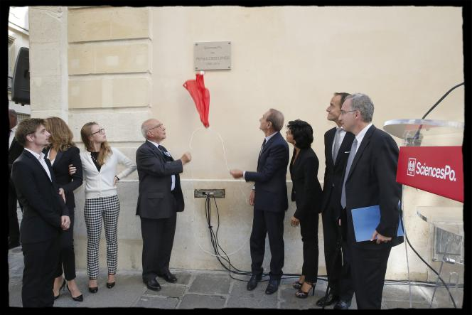 Jean-Claude Casanova et Bertrand Delanoë, alors maire de Paris, dévoilent une plaque à la mémoire de Richard Descoings, sur un mur de Sciences Po, en septembre 2013.